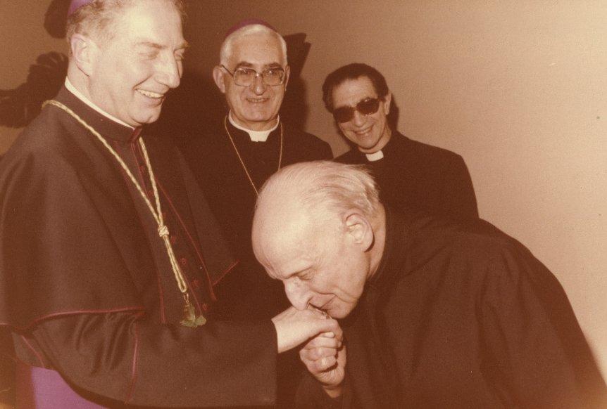 Martini neo-vescovo e il bacio di Arrupe